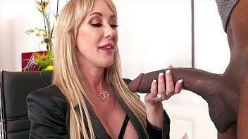 Secretária gostosa acabou caindo de boca na anaconda
