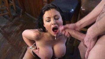 Aletta Ocean chupando rola dura até receber leitinho na cara