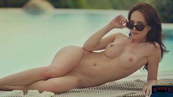 Magrinha linda demais exibindo seu corpinho na piscina