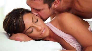 Safada já acordou com o marido caindo de boca na bucetinha dela