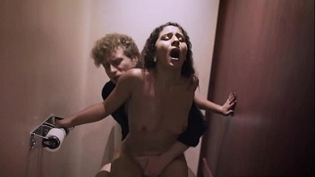 Morena rabuda chamou o garçom tarado para fuder no banheiro