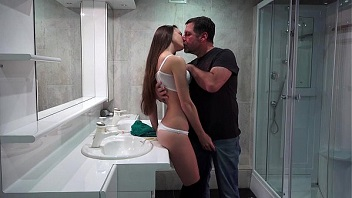 Moreninha ninfetinha dando muito para o tio no banheiro