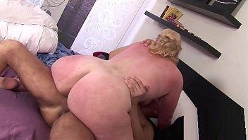 Safado pegou a tia coroa se masturbando e teve de meter muito nela