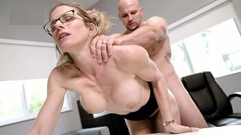 Secretária safadinha dando muito a xerequinha para o careca