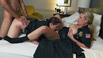 Policiais safadinhas dando muito para o bandido roludo