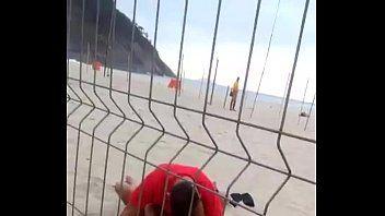 Casal Desinibido é Flagrado Metendo em Plena Praia de Copacabana no Rio de Janeiro à luz do dia!