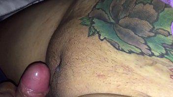Tatuada Safadinha Tomando Piroca e o Cara Gozando Dentro