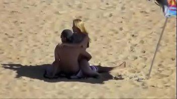 Casal é Flagrado Fudendo na Areia em Praia de Macaé – RJ