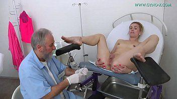 Ginicologista mexendo na xoxota da novinha