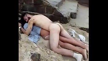 Malandro é Flagrado Dormindo Pelado Com a Namorada em Praia