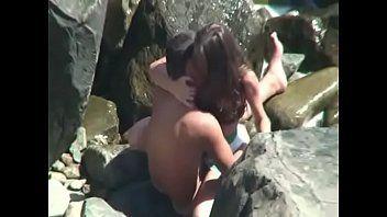 Casal é Flagrado Em Cabo Frio Dando Uma Metida Escondido Nas Pedras