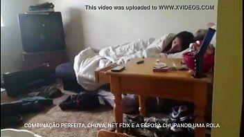 Esposa Taradinha Mamando Amante Enquanto Assiste Netflix Com o Corno Filmando Tudo