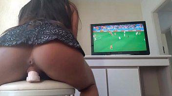 Rabuda Safada de São Paulo Sentando no Consolo Enquanto vê o Jogo da Seleção