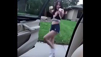 Japinha Linda Fazendo o Kiki Chalenge Tirando a Roupa na Rua