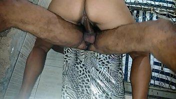 Malandro ficou sentado no puff enquanto esposa quicava na sua rola com talento
