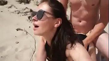 Fudendo na praia pública com a novinha