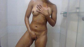 Gostosa se masturbando no chuveiro com muito tesão