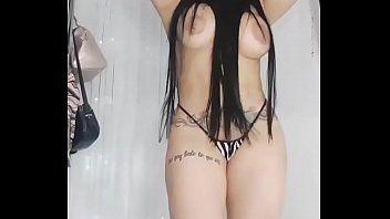 Latina Moreninha de Peitões Imensos se Exibindo Peladinha na Sensualidade
