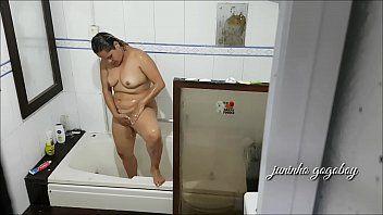 Tarado Espiando a Vizinha Gostosa Tomando Banho