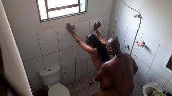 Colocou Uma Câmera Escondida e Fodeu a Moreninha Durante o Banho
