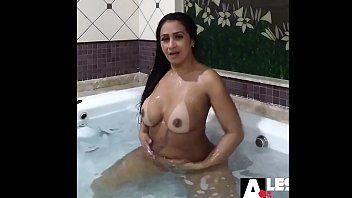 Alessandra Marques morena maravilhosa peladinha na banheira se exibindo toda sexy