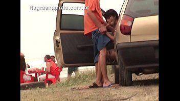 Morena foi flagrada chupando a rola do cara no carro em frente a praia