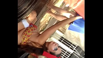 Carnaval 2020: Gostosa Foi Flagrada Dando Uma Mijada no Bloco do Pré Carnaval