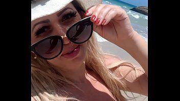 Mirella Mansur deliciosa exibindo seus peitões enormes no meio de uma praia no RJ