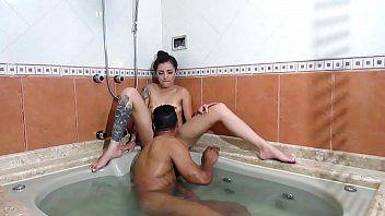 Melissa deliciosa ficou recebendo uma chupada na banheira e deu uma bela mamada