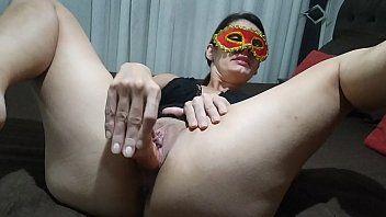Raquel casada safada masturbando sua buceta com consolo em casa de quarentena
