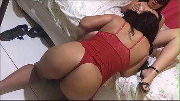 Renata esposa safada chamou amiga e ficou brincando com ela na frente do marido