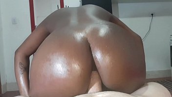 Bruna negra gostosa demais ficou quicando na piroca com vontade num anal top
